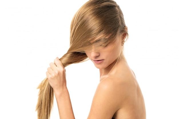 Menina bonita com cabelos lisos Foto gratuita