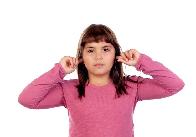 Menina bonita com camiseta rosa cobrindo as orelhas Foto Premium