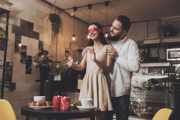 Menina bonita com fita vermelha nos olhos Foto Premium