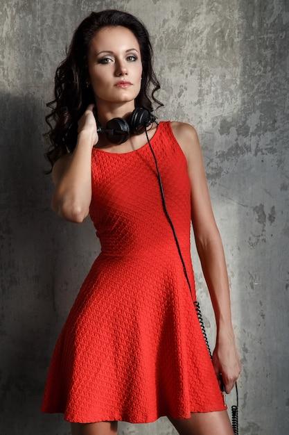 Menina bonita com fones de ouvido Foto gratuita