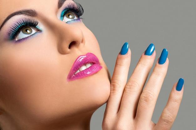 Menina bonita com maquiagem colorida Foto gratuita