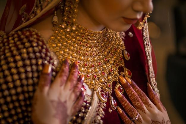 Menina bonita com maquiagem de noite e jóias grandes brincos Foto Premium