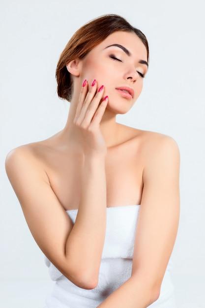 Menina bonita com maquiagem linda, juventude e conceito de cuidados com a pele Foto gratuita