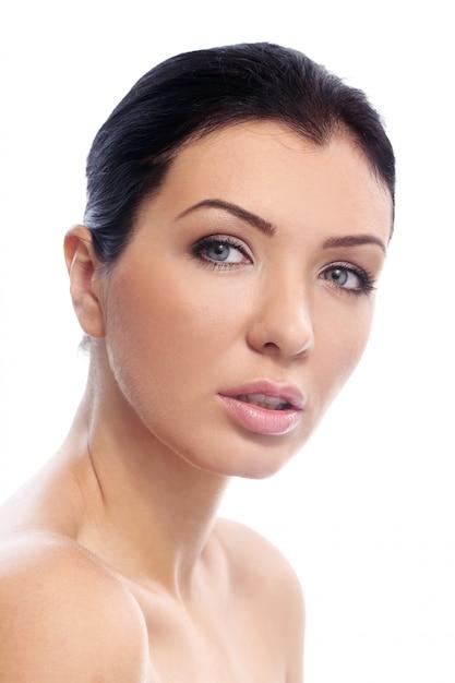 Menina bonita com olhar sério e pele perfeita Foto gratuita
