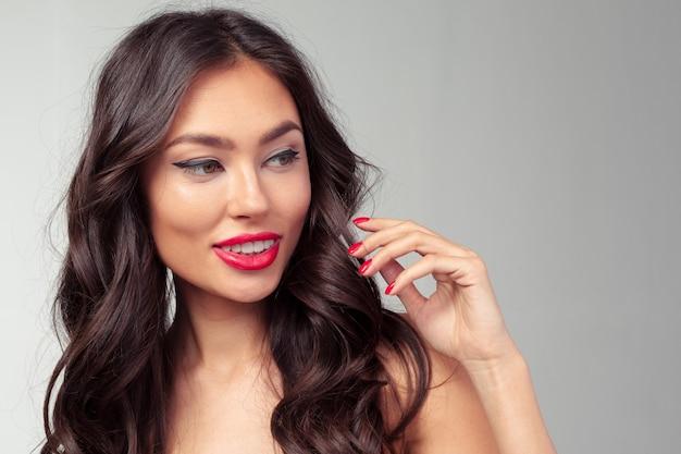 Menina bonita com olhos grandes e sobrancelhas escuras Foto Premium
