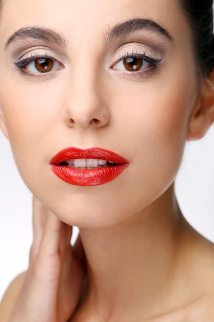Menina bonita com pele perfeita e batom vermelho Foto gratuita