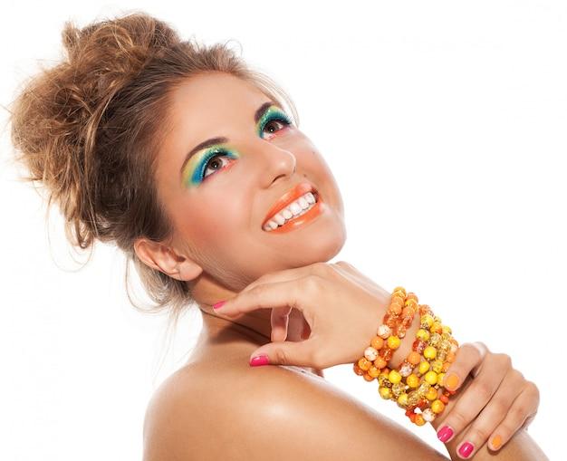 Menina bonita com pulseira artesanal e maquiagem artística Foto gratuita