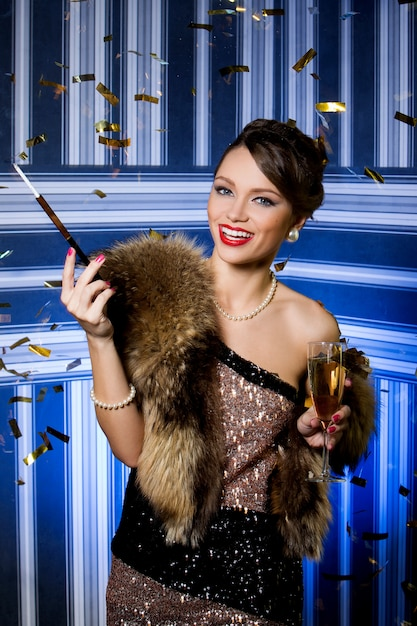 Menina bonita com taça de champanhe Foto gratuita