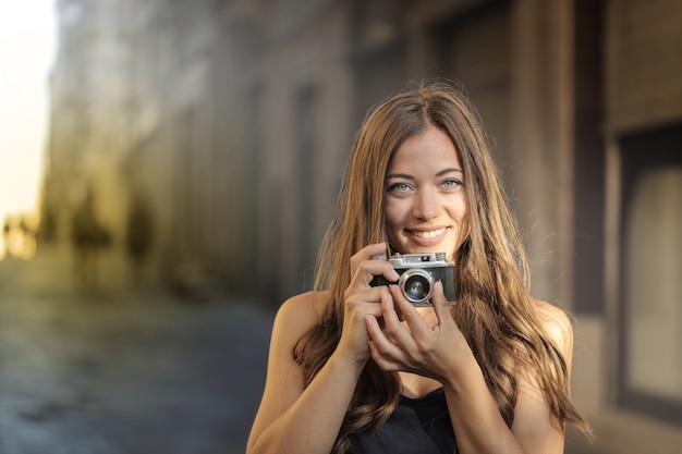 Menina bonita com uma câmera Foto Premium