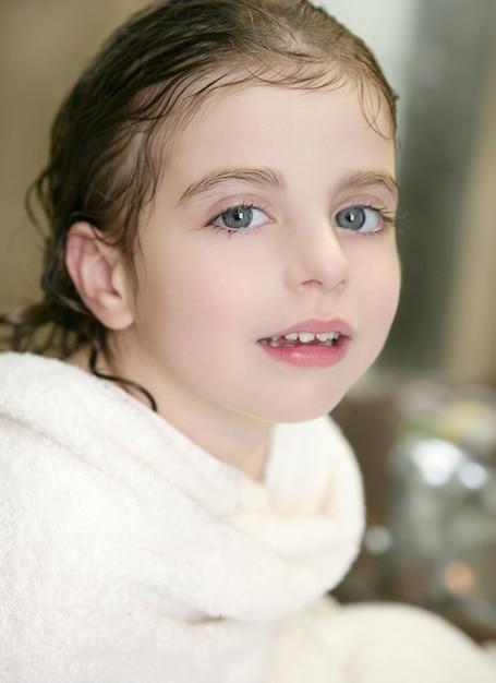 Menina bonita com uma toalha no banheiro Foto Premium