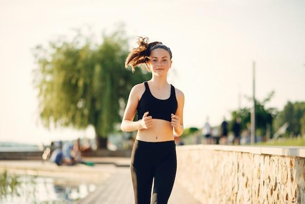 Menina bonita de esportes em um parque de verão Foto gratuita