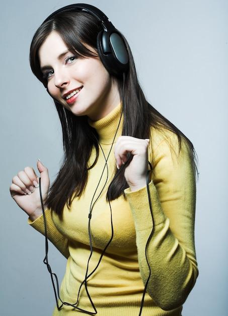 Menina bonita de fones de ouvido Foto Premium