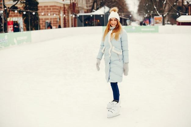 Menina bonita e bonita em uma cidade de inverno Foto gratuita