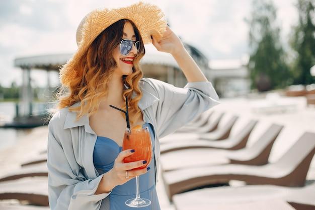 Menina bonita e elegante em um resort Foto gratuita