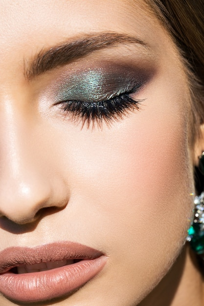 Menina bonita em close-up de maquiagem Foto Premium