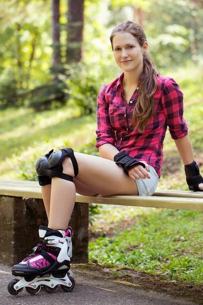 Menina bonita em patins Foto gratuita