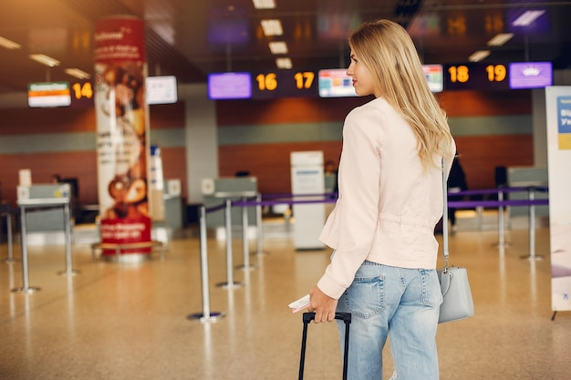 Menina bonita em pé no aeroporto Foto gratuita