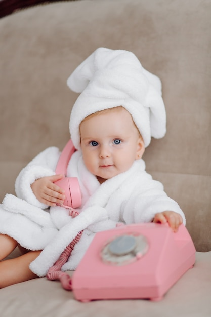 Menina bonita em roupão branco Foto gratuita