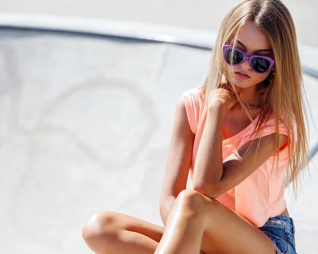 Menina bonita em shorts Foto gratuita