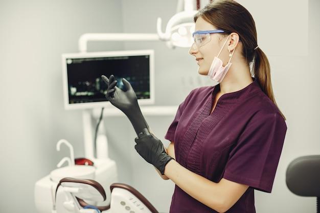 Menina bonita em um dentista Foto gratuita