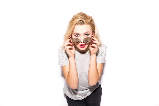 Menina bonita loira detém óculos brilhantes no rosto Foto gratuita