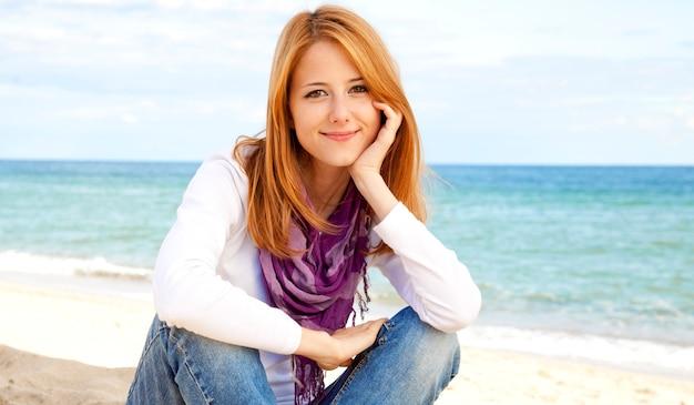 Menina bonita na praia Foto Premium
