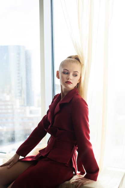 Menina bonita no vestido vermelho posando e retratos de menina Foto Premium