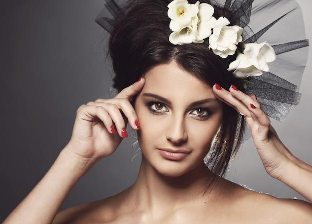 Menina bonita no véu Foto gratuita