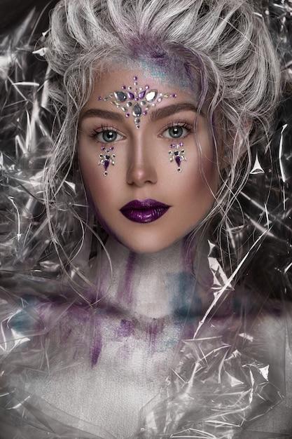 Menina bonita nova na composição de prata com strass Foto Premium