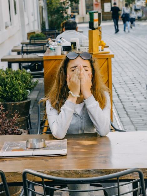 Menina bonita nova que senta-se em um café da rua na cidade velha de antalya Foto Premium