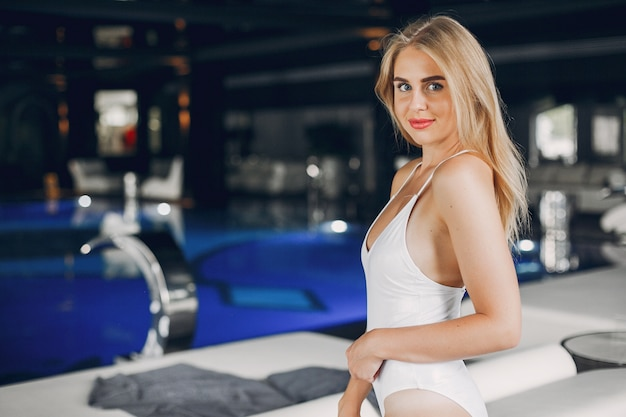 Menina bonita relaxante em um salão de beleza spa Foto gratuita