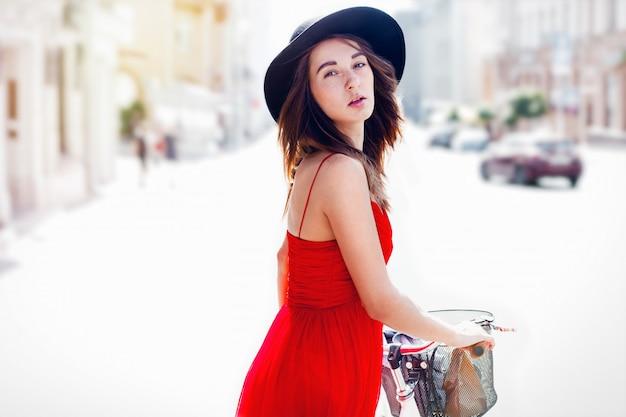 Menina bonita sorridente ao ar livre com bicicleta. closeup retrato. Foto Premium