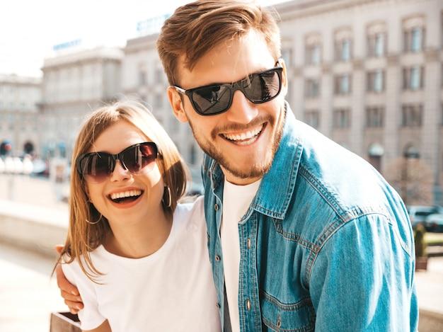 Menina bonita sorridente e seu namorado bonito em roupas de verão casual. . Foto gratuita