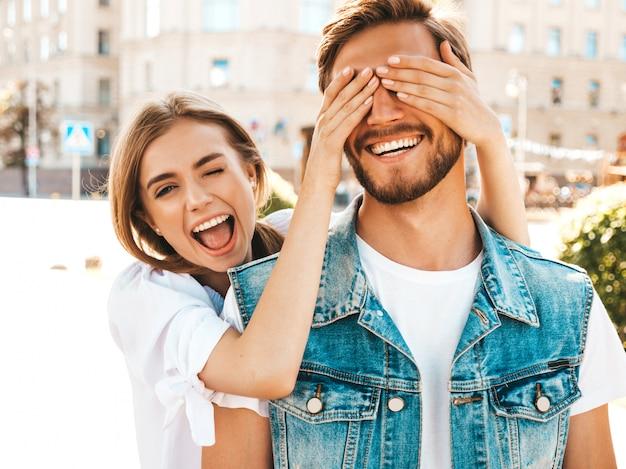 Menina bonita sorridente e seu namorado bonito hipster. Foto gratuita