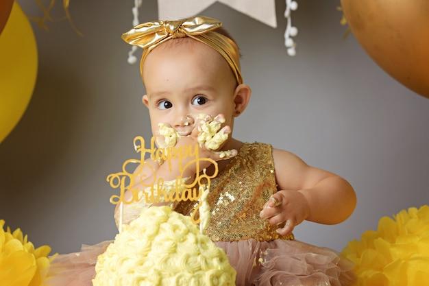 Menina bonitinha comendo bolo Foto Premium