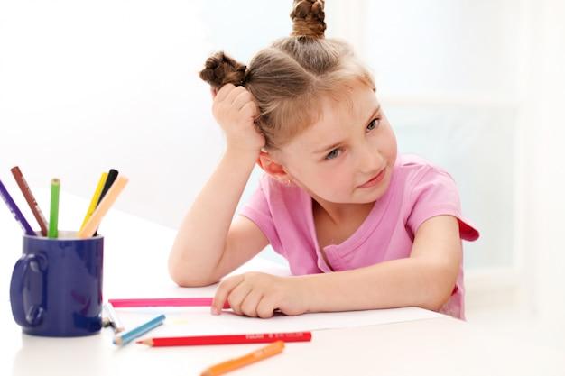 Menina bonitinha de desenho com lápis coloridos Foto gratuita