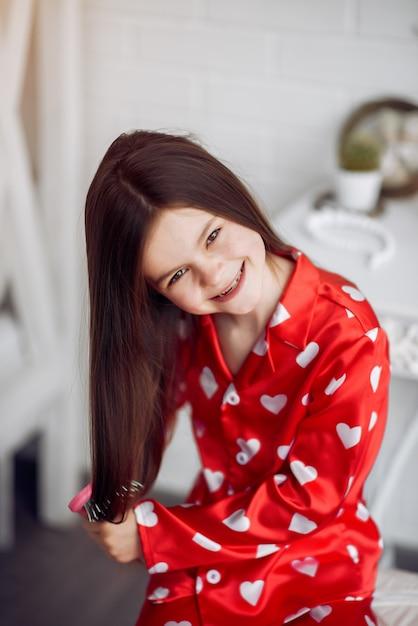 Menina bonitinha em casa de pijama Foto gratuita