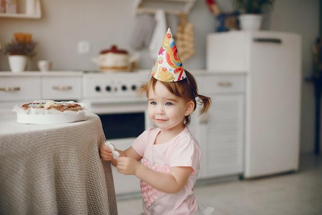 Menina bonitinha se divertir em casa Foto gratuita