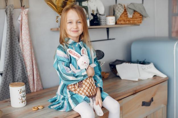 Menina bonitinha sentada em casa Foto gratuita