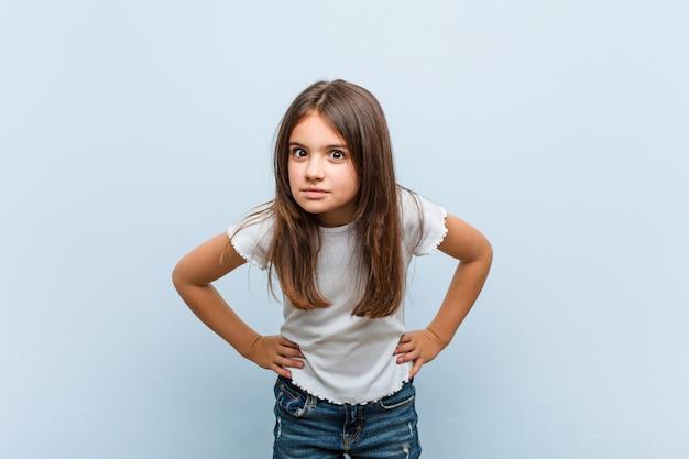 Menina bonito repreendendo alguém muito irritado. Foto Premium