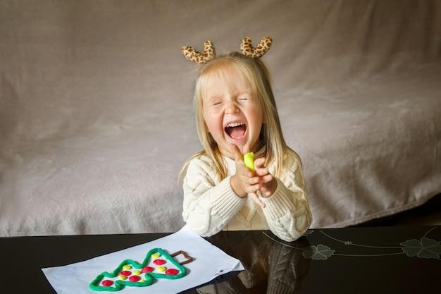 Menina brincando com argila Foto Premium