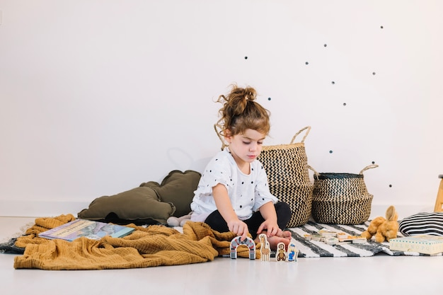 Menina brincando com brinquedos de papel Foto gratuita