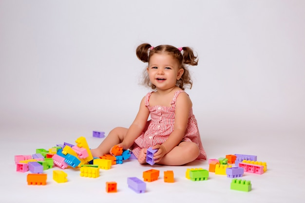 Menina brincando com construtor multicolorido Foto Premium