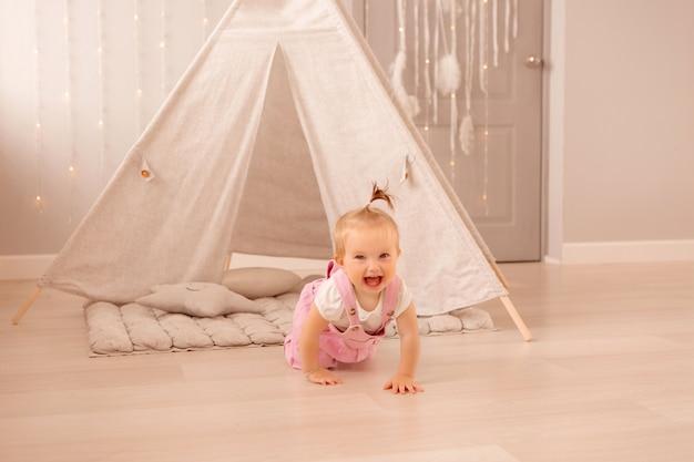 Menina brincando no berçário Foto Premium
