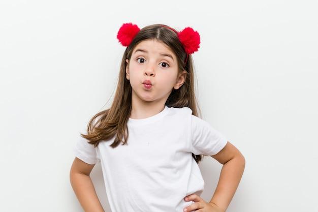 Menina caucasiana com fantasia e acessórios se divertindo Foto Premium