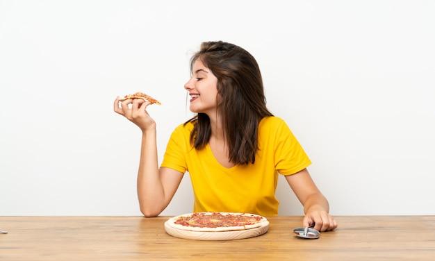 Menina caucasiana com uma pizza Foto Premium