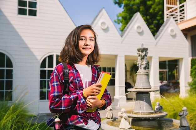 Menina caucesiana adolescente feliz de ir para a faculdade Foto Premium
