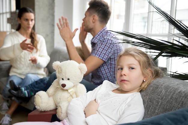 Menina chateada menina deprimida com os pais argumentos ou divórcio Foto gratuita