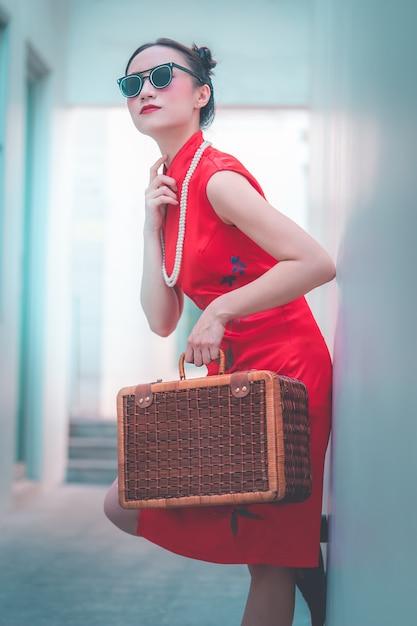 Menina chinesa japonesa asiática com conceito asiático do curso do vintage de madeira da bagagem Foto Premium