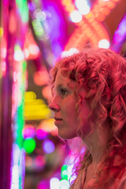 Menina close-up com sardas, olhando para longe Foto gratuita